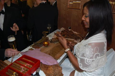 Yolanda beim Zigarren rollen